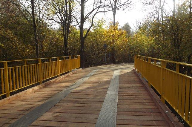 Obraz przedstawia odbudowany most w Bogdaszowicach