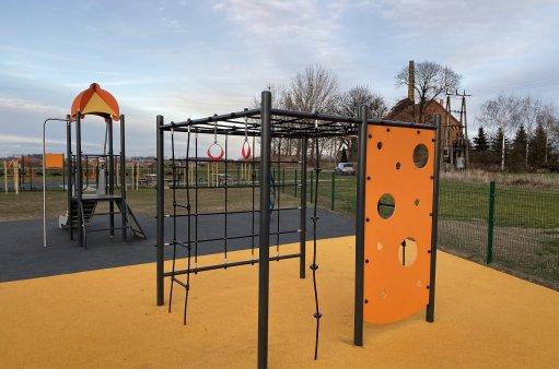 Obraz przedstawia część otwartej strefy aktywności w Strzeganowicach-fragment placu zabaw.