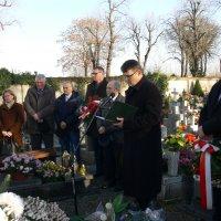 zdjęcie przedstawia przemawiającego do mikrofonu mężczyznę, obok stoi jedna kobieta i pięciu mężczyzn